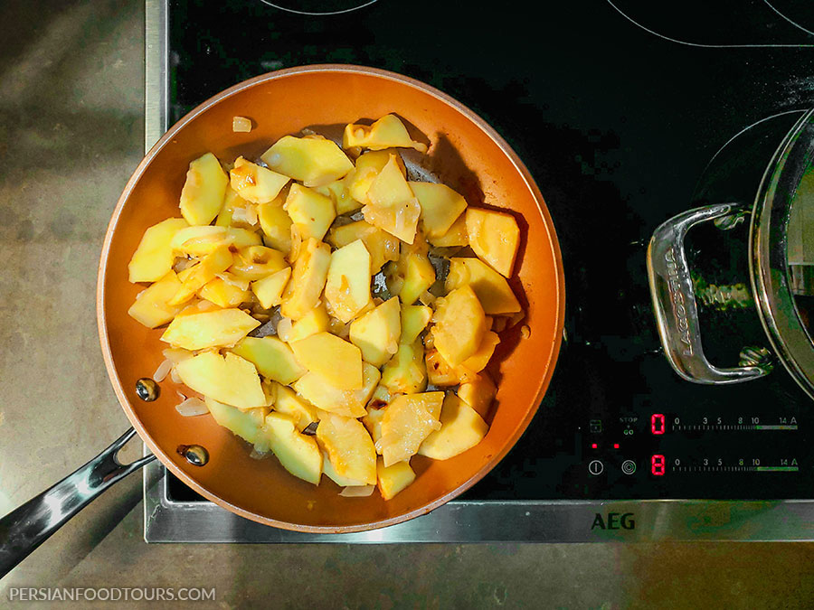 Quince stew - In par frying quince with onions
